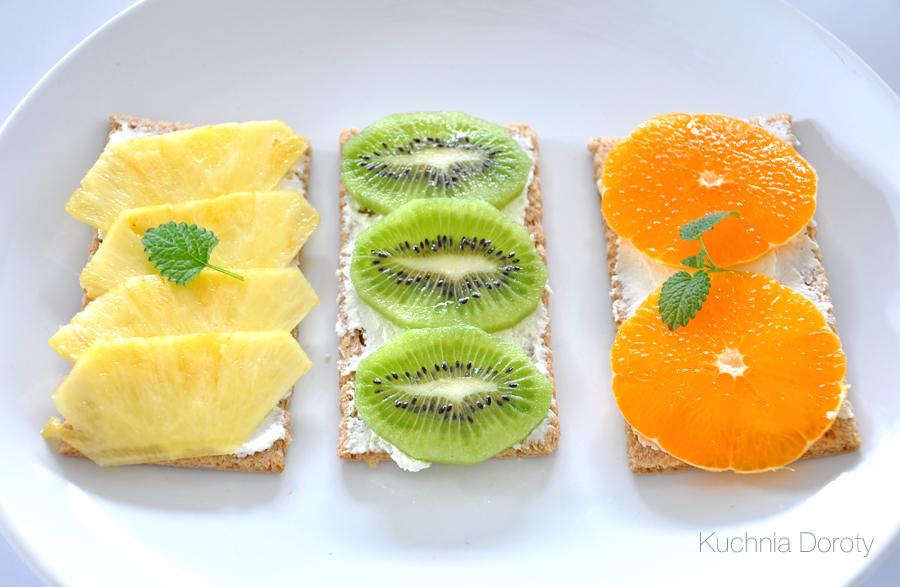 chleb-twarozek-owoce