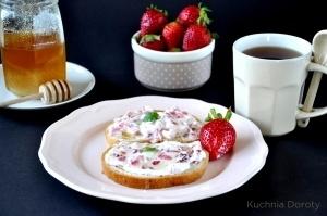 Na śniadanie, twarożek z truskawkami