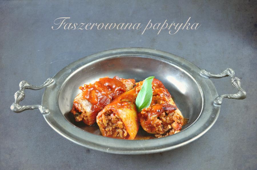Papryka faszerowana w sosie pomidorowym, pieczona w garnku rzymskim