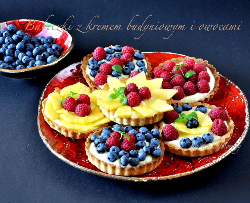 Babeczki z owocami i kremem budyniowym