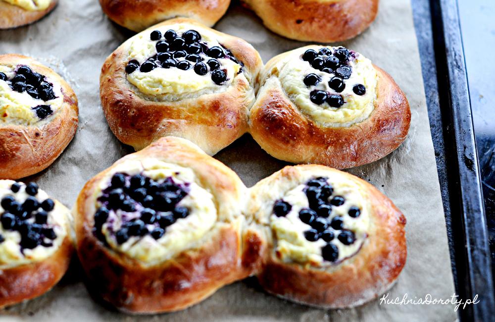 Jagodzianki – drożdżówki z jagodami i serem