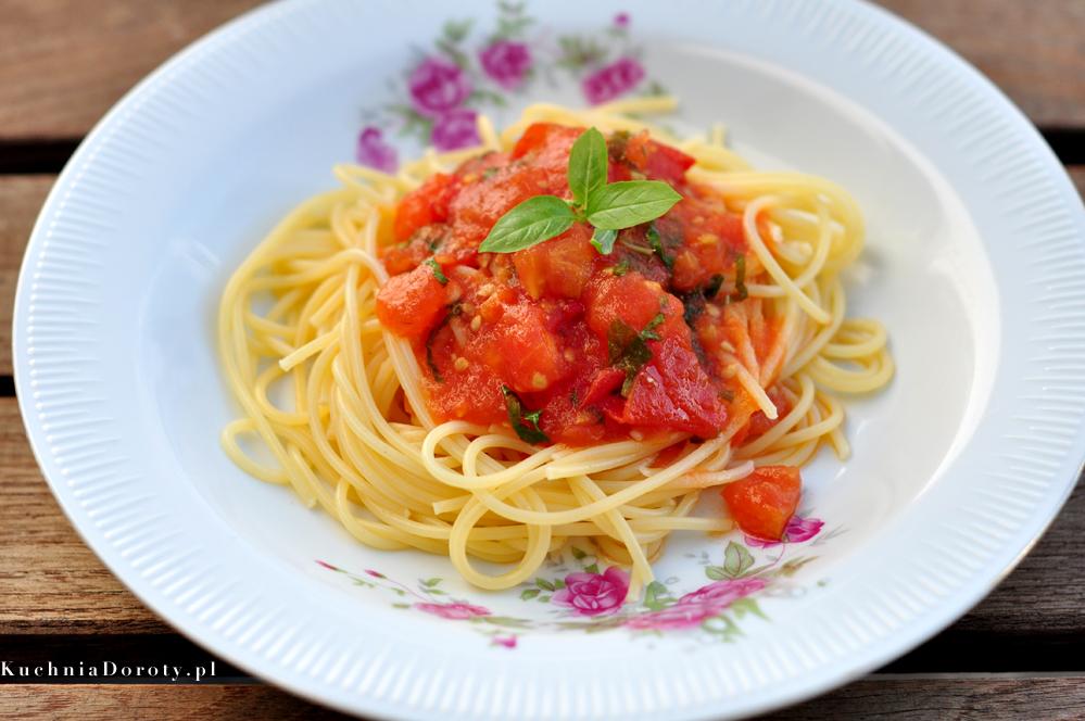 Makaron z sosem pomidorowym i bazylią