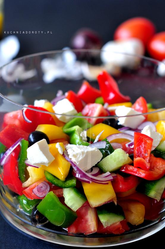 Sałatka z makaronu pełnoziarnistego Składniki : ok. 400 g makaronu kokardki (u mnie Farfalle pełnoziarniste - Lubella) ok. 300 g pomidorków cherry 2 szklanki brokułów 1 średnia cebula czerwona 1 szklanka mini mozzarelli ok. 200 g  rucoli świeże listki bazylii na sos: ok. 1/2 szklanki oliwy z oliwek 1 łyżka musztardy gruboziarnistej 1 łyżeczka soku z cytryny 1/2 łyżeczki soli 1/4 łyżeczki pieprzu 1 maleńki lub połowa większego ząbka czosnku, przepuszczony przez paskę. Sposób przygotowania: Makaron ugotować w osolonej wodzie. Odcedzić, dodać klika kropel oliwy i wymieszać, żeby się nie skleił. Odstawić do wystudzenia. Brokuły podzielić na niewielkie kawałki. Obgotować 3 min w osolonej wodzie, odcedzić, odstawić do wystygnięcia. Pomidory umyć pokroić na ćwiartki, jeśli są bardzo małe na połówki. Cebulę obrać pokroić w cieniutkie plasterki. Rucolę umyć, odwirować. Przygotwać sos: Wszystkie składniki sosu umieścić w misce i bardzo dokładnie wymieszać. Odstawić na 10 min. Przygotowanie sałatki: Na dnie naczynia kładziemy 2 łyżki sosu, następnie 1/2 makaronu, 1/2 rukoli, 1/2 pomidorków, cebuli i mozarelli na wierzch wylewamy kilka łyżek sosu, a następnie powtarzamy warstwy makaronu, rukoli, pomidorów, cebuli i mozarelli. Na koniec wszystko polewamy pozostałym sosem. Odstawiamy na ok. 10 min w chłodne miejsce. Sałatki nie trzeba mieszać, w trakcie nakładania wszystkie warstwy wymieszają się z sobą. Podajemy z pieczywem czosnkowym i najłatwiejszym kurczakiem na zimno (klip-przepis). Smacznego :)