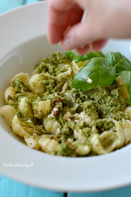 Makaron, makaron przepis, makaron z sosem, makaron z sosem przepis, pesto, pesto przepis, brokuły, brokuły przepis, warzywa, co z brokułami,  obiad, szybki obiad, obiad w 30 min, obiad w pół godziny, łatwy obiad