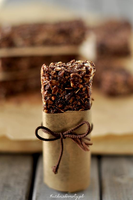 batoniki, batoniki czekoladowe, batoniki czekoladowe przepis, jak zrobić domowe granole, granola, granola przepis, batoniki w czekoladzie, ciasto bez pieczenia