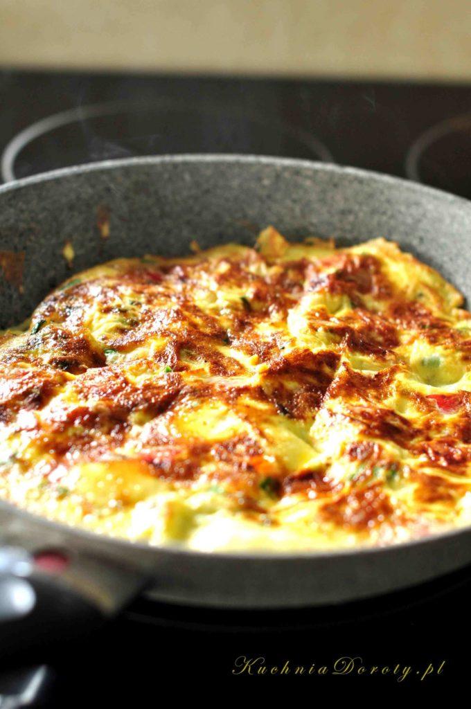 Przepis na doskonały i bardzo łatwy do usmażenia omlet z warzywami. Świetny pomysł na śniadanie dla całej rodziny.