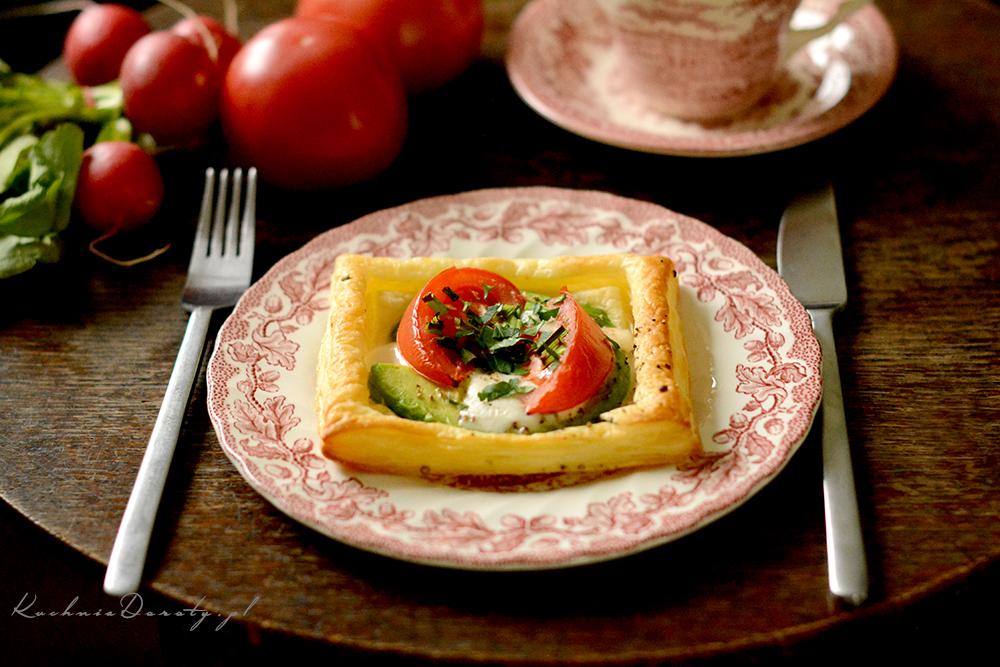 Awokado z mozarellą i pomidorami w cieście francuskim