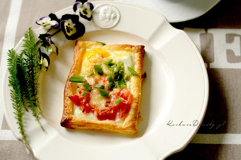 Jajka pieczone w cieście francuskim z awokado i pomidorami