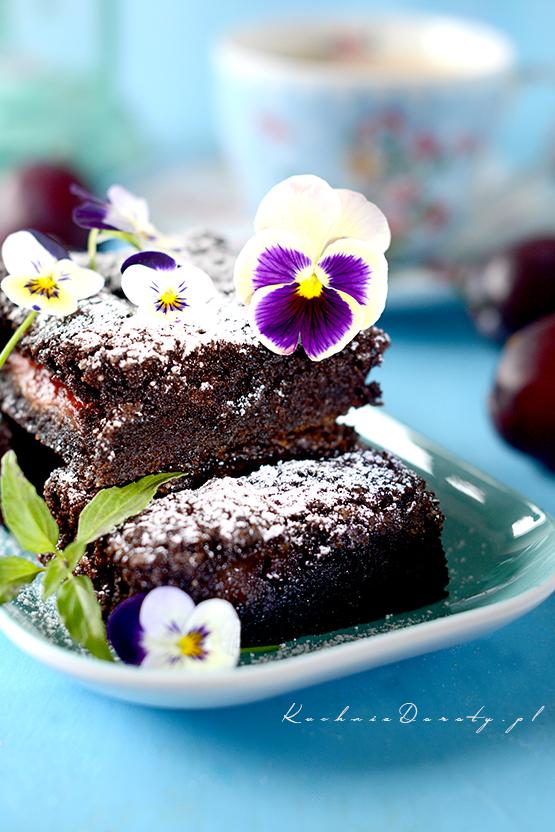 Brownie idealne, wilgotne i aromatyczne. To pyszne wilgotne ciasto czekoladowe, możemy dodać do niego owoce lub orzechy.