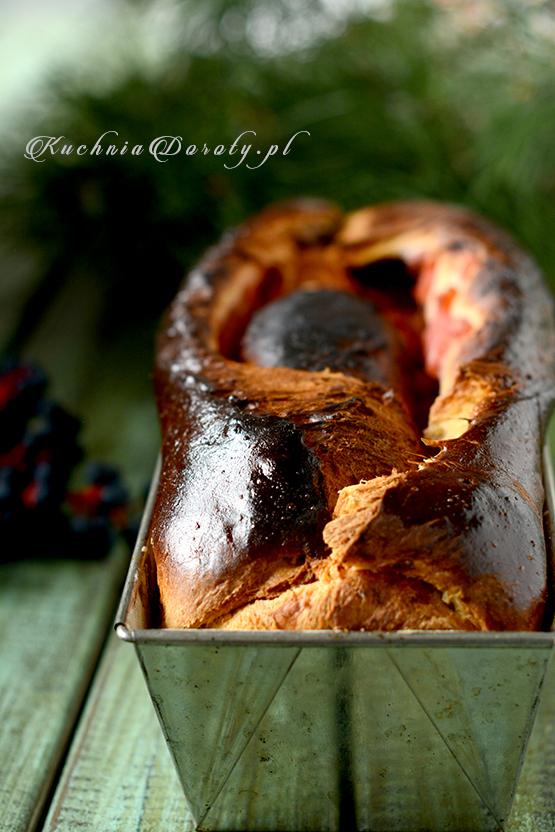 Drożdżowe ciasto z jabłkami i śliwkami. Rolada z owocami