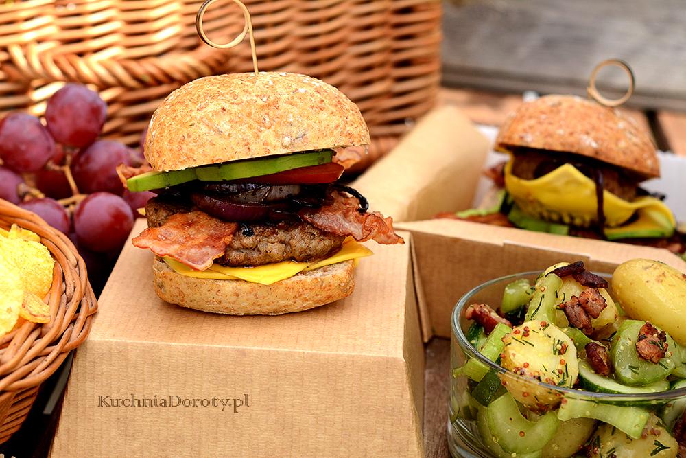 Burger z Karmelizowaną Cebulą i Sałatka Ziemniaczana