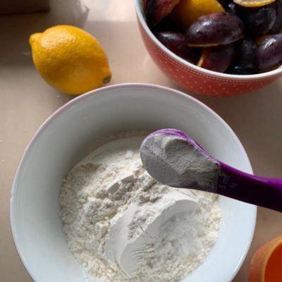 Owoce pod kruszonką, owoce pod kruszonką przepis, przepis na owoce z kruszonką, owoce z kruszonką, szybkie ciasta, szybkie ciasta przepisy, przepisy na ciasta, ciasta przepisy, rabarbar, rabarbar przepisy, truskawki, truskawki przepisy, ciast a z truskawkami, ciasta z truskawkami przepisy,  ciasto z rabarbarem, ciasto z rabarbarem przepisy, przepisy na ciasta, przepisy kulinarne,  ciasto przepis, ciasto ze śliwkami na oleju, ciasto na oleju, ciasto na oleju przepis, ciasto z olejem, ciasto z olejem przepis,
