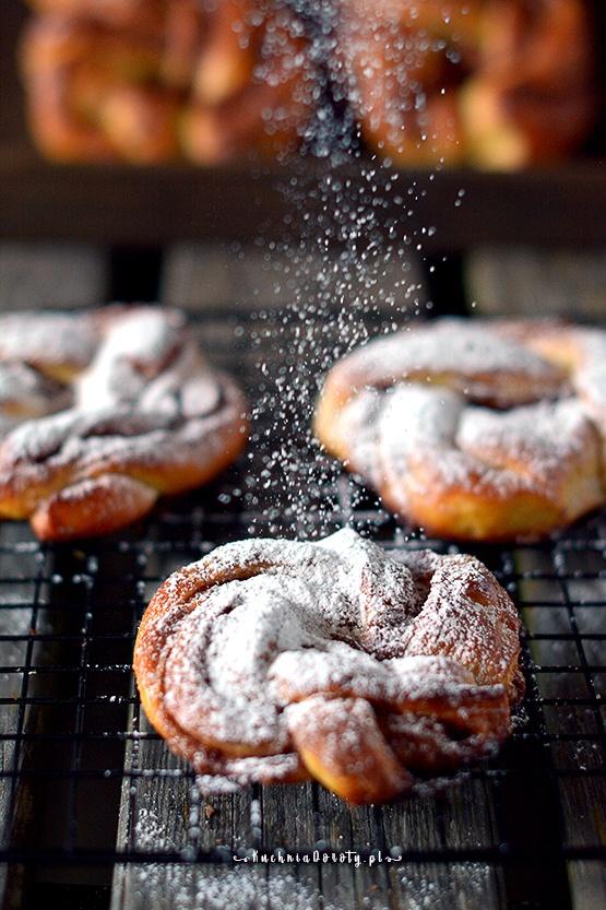 bułeczki cynamonowe, bułeczki cynamonowe przepis, ciastka, ciastka przepis, ciastka z cynamonem, ciastka z cynamonem przepis, cynnamon rolls, ciasto, ciasto przepis, śliwki, śliwki przepisy, przepisy na śliwki, ciasto ze śliwkami, ciasto ze śliwkami przepisy, ciasto drożdżowe, drożdżowe przepisy, drożdżówki, drożdżówki przepisy, drożdże suche, ciasto z suchymi drożdżami , cynammon rolls, przepis na ciasto drożdżowe, cynamon przepisy, drożdżówki, przepis na drożdżówki, chleb przepis, chleb mleczny przepis, przepis na chleb mleczny, chleb tostowy, chleb tostowy przepis, przepis na domowy chleb na drożdżach, chleb na drożdżach, chleb na drożdżach przepis, przepis na chleb tostowy, łatwy chleb, przepis na łatwy chleb, ciabatta, przepis na ciabattę, jak upiec ciabattę, przepis bułki, ciabata, ciabata przepis, ciabatta przepis, przepis na ciabatę, ciabatta  przepisy, pieczywo czosnkowe, pieczywo czosnkowe przepis, chleb, chleb domowy, chleb domowy przepis, chleb przepis, kuchnia doroty, dorota gotuje, przepisy, grill, grill przepisy, pieczywo domowe, chleb, chleb z maszyny przepis, chleb z maszyny, przepis na chleb z maszyny, wypiekacz do chleba, wypiekacz do chleba opinie, chleb jak upiec, domowy chleb przepis, domowy chleb, domowy chleb przepisy, przepisy na domowy chleb, kajzerki, kajzerki przepis, bułki pszenne, bułki pszenne przepis, domowe bułki, domowe bułki przepis, przepis na bułki, przepis na bułki domowe, przepis na kajzerki, kajzerki przepisy, łatwe bułki przepis, przepis na łatwe bułki, mąka pszenna, bułki drożdżowe, bułeczki przepis, przepis na bułeczki, mąka, mąka pszenna przepisy, przepisy na mąkę pszenną, bułki drożdżowe, bułeczki drożdżowe przepis, bułeczki, pieczywo czosnkowe, pieczywo czosnkowe przepis, chleb, chleb domowy, chleb domowy przepis, chleb przepis, kuchnia doroty, dorota gotuje, przepisy, grill, grill przepisy, pieczywo domowe, chleb, chleb z maszyny przepis, chleb z maszyny, przepis na chleb z maszyny, wypiekacz do chleba, wypiekacz do chl