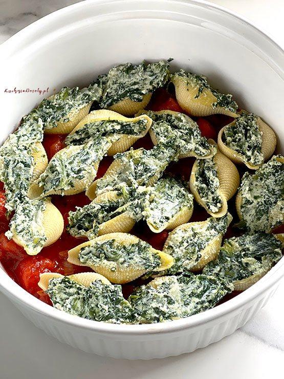 Makaronowe Muszle ze Szpinakiem w Sosie Pomidorowym – film