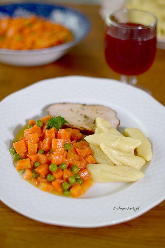 jarzynka do obiadu, marchewka z groszkiem, marchewka z groszkiem przepis, przepis na marchewkę z groszkiem, surówka do obiadu, jak zrobić surówkę do obiadu, jarzynka do obiadu przepisy, przepisy na warzywa do obiadu, co do obiadu, jakie warzywa do obiadu, przepisy, obiad, przepisy na obiad, pomysły na obiad, obiad przepisy, szybki obiad, szybki dodatek do obiadu, co na surówkę, jaka surówka do obiadu, warzywa, marchew, marchewka, marchewka przepisy, groszek cukrowy, groszek zielony przepisy, groszek przepisy, przepis na groszek mrożony, groszek mrożony, co z marchewki, co z groszku mrożonego,